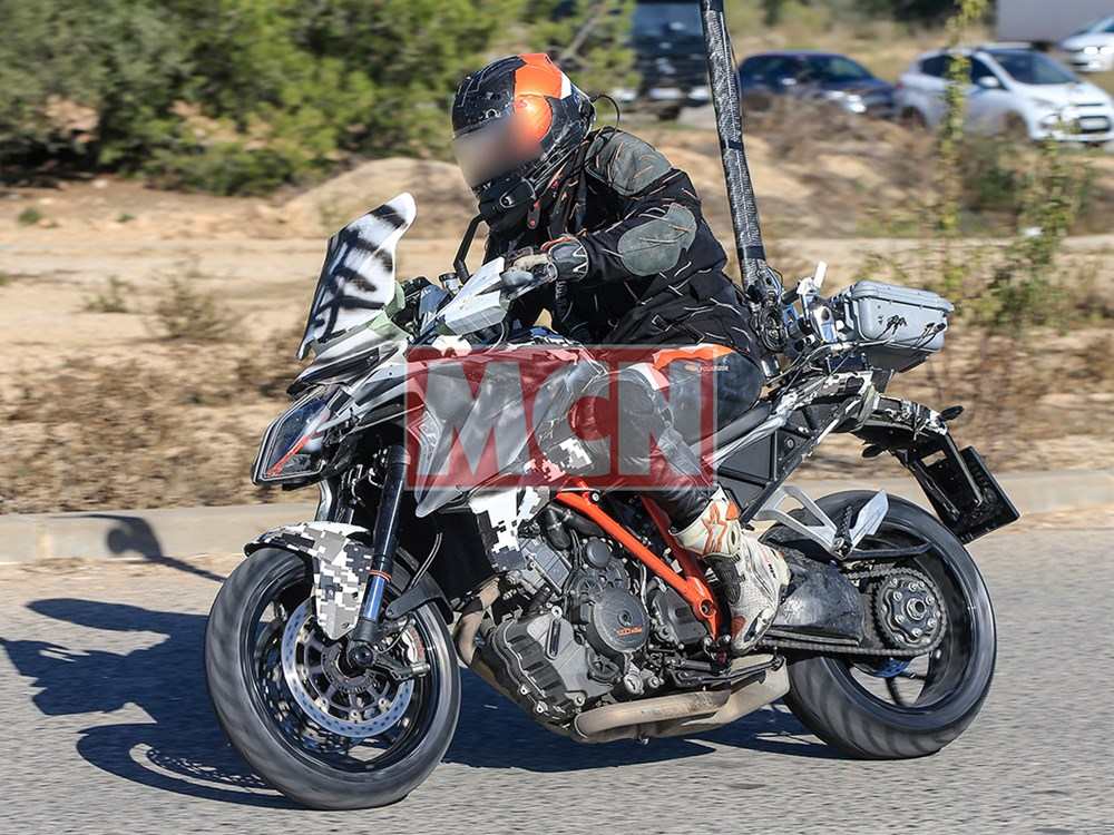 superduke-gt-2018 test mule spotted.jpg